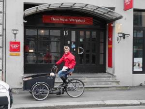 Elisabeth Høibo, Visit Sørlandet foran Thon Hotel Wergeland på sykkel